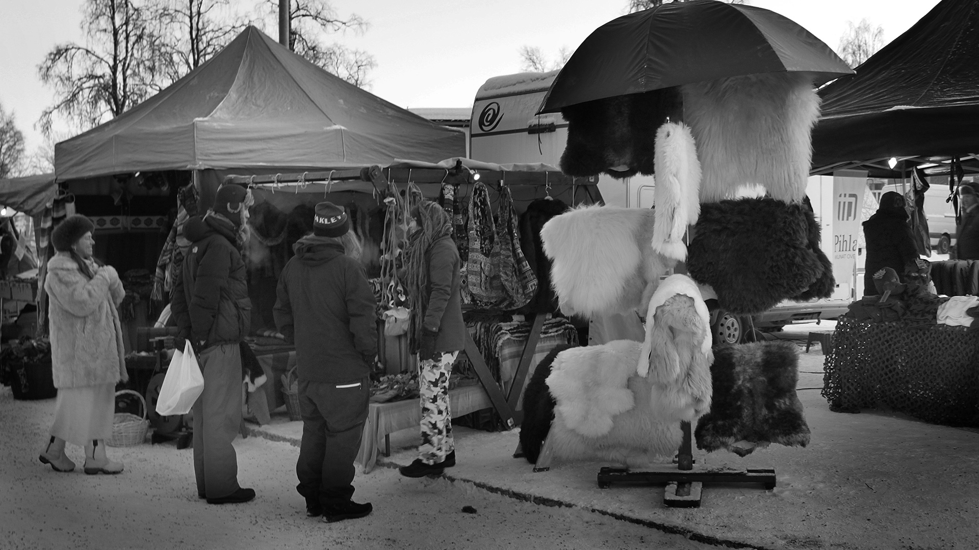 2016-02-04 - Vendor and visitors (black & white)